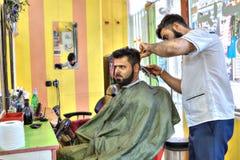 伊朗理发师沙龙,波斯美发师做m的发型 免版税库存图片