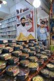 伊朗甜点贸易商站立他们的商店近的陈列室, Shira 免版税库存图片