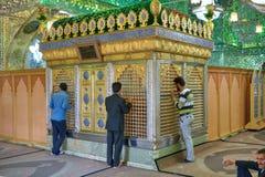 伊朗穆斯林崇拜一座伊斯兰教的寺庙,镜子陵墓, S 图库摄影