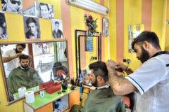 伊朗美发师,波斯美发师做一ma的一种发型 库存图片