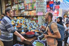 伊朗贸易商香料和五谷与买家,设拉子联络 库存图片