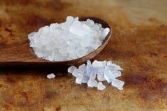 伊朗食物波斯蓝色盐水晶宏观视图 矿物盐氯化钠从 木有机食品的调味品 库存图片