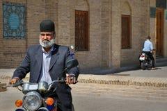 伊朗,波斯,亚兹德- 2016年9月21日:一个传统头饰和五颜六色的圆环的一个美丽如画的地方年长人 库存照片