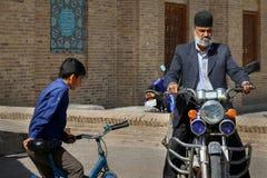 伊朗,波斯,亚兹德- 2016年9月21日:一个传统头饰和五颜六色的圆环的一个美丽如画的地方年长人 库存图片