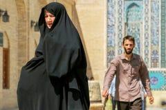 伊朗,波斯,亚兹德- 2016年9月:在清真寺附近的当地人在老镇的街道上 街道照片 库存图片
