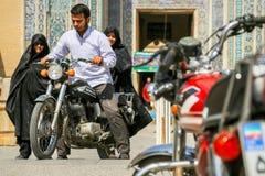 伊朗,波斯,亚兹德- 2016年9月:在清真寺附近的当地人在老镇的街道上 街道照片 图库摄影