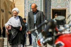 伊朗,波斯,亚兹德- 2016年9月:在清真寺附近的当地人在老镇的街道上 街道照片 免版税库存图片