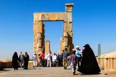 伊朗,设拉子,波斯波利斯- 2016年9月18日:参观古城的老废墟的游人和本机 免版税库存照片