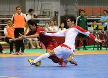伊朗(w)的热中泰国的迈赫迪和SORNWICHIAN Jirawat为球战斗 库存照片