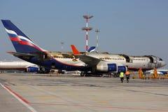 伊柳申IL-96-300着了火,当站立在谢列梅国际机场时 库存图片