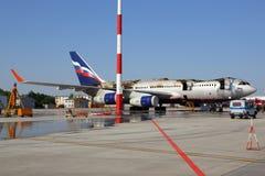 伊柳申IL-96-300着了火,当站立在谢列梅国际机场,莫斯科地区,俄罗斯时 免版税库存照片