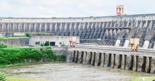 伊泰普水电站水坝混凝土结构 一个巨大的binacional能源厂  免版税库存图片