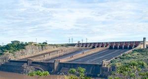 伊泰普水电站水坝的溢洪道 免版税库存照片