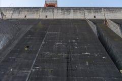 伊泰普水电站水坝巨人堤防的看法 免版税库存图片