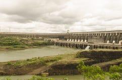 伊泰普水电站水坝 库存照片
