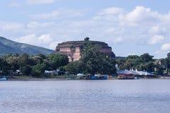伊洛瓦底省河和Mingun塔的看法 免版税库存图片