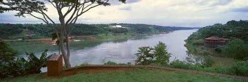 伊瓜苏和Parava河的合流全景智利、巴西和阿根廷的边界的 免版税图库摄影