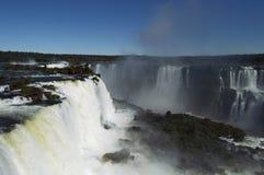 伊瓜苏瀑布在一明亮的好日子 图库摄影