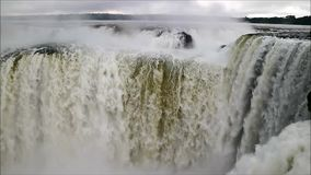伊瓜苏瀑布强有力的恶魔` s喉部面积难以置信的看法在阿根廷边,米西奥内斯省,阿根廷,南美 影视素材