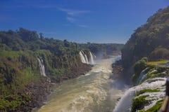 伊瓜苏,巴西- 2016年5月14日:从iguazu河的好的看法从与蓝天的一瀑布的顶端  免版税库存照片