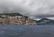 伊维萨岛北部岩石海岸多暴风雨的天气的 免版税库存照片