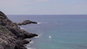 伊维萨岛峭壁、水平的摇摄和ibiza的全景在夏天靠岸 影视素材