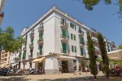 伊维萨岛,西班牙:tradicional大厦 晴朗的咖啡馆文化 免版税库存图片