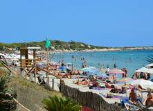 伊维萨岛,西班牙- 2016年8月31日:沐浴者在塞萨利内斯在伊维萨岛海岛,西班牙靠岸 免版税库存照片
