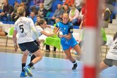 伊莎贝尔Gullden, CSM布加勒斯特攻击的球员在比赛期间的与MKS Selgros鲁布林 免版税库存照片