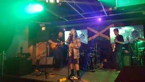 伊莱Mac在阶段唱歌户内在BODA咖啡馆 免版税库存照片