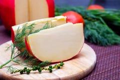伊顿干酪乳酪和一个片断在切板 免版税库存图片