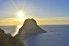 伊维萨岛不可思议的岩石  免版税库存图片