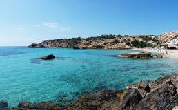 伊维萨岛海滩的圣何塞Cala Tarida在巴利阿里群岛 免版税库存图片