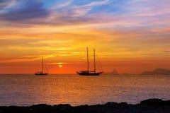 伊维萨岛视图五颜六色的日落从福门特拉岛的 免版税库存照片