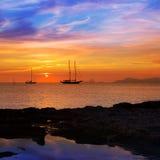 伊维萨岛视图五颜六色的日落从福门特拉岛的 免版税库存图片