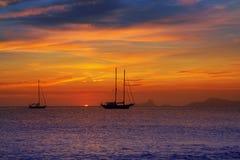 伊维萨岛视图五颜六色的日落从福门特拉岛的 免版税图库摄影