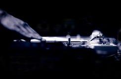 伊维萨岛DJ节目播音员纪录转盘在夜总会 库存图片
