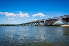 伍德罗・威尔逊桥梁和波托马克河,在亚历山大, Virg 免版税库存照片