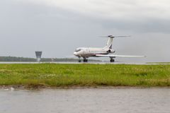 伏努科沃,莫斯科地区,俄罗斯- 2017年7月02日, :飞机在伏努科沃国际机场 子午航空公司图波列夫TU 免版税库存照片