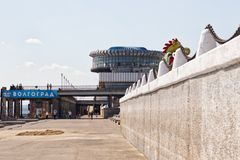 伏尔加格勒内河港和跳船机智的大厦的看法 免版税库存照片
