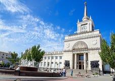 伏尔加格勒火车站和喷泉`儿童` s跳舞` 免版税库存照片