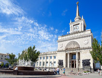 伏尔加格勒火车站和喷泉 库存照片