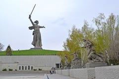 伏尔加格勒,俄国 祖国叫主要纪念碑`的看法! `和雕刻的构成在英雄正方形 Mamayev 免版税图库摄影