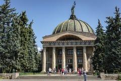伏尔加格勒,俄罗斯- 2018年8月5日:伏尔加格勒著名天文馆受欢迎这个城市的游人和居民是  图库摄影