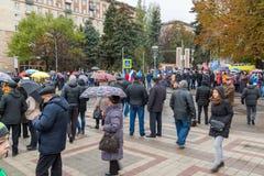 伏尔加格勒,俄罗斯- 11月04 2016年 人们临近英雄的方形在天的庆祝民族团结 库存照片