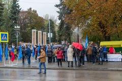 伏尔加格勒,俄罗斯- 11月04 2016年 人们临近英雄的方形在天的庆祝民族团结 免版税库存照片