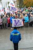 伏尔加格勒,俄罗斯- 11月04 2016年 人们临近英雄的方形在天的庆祝民族团结 库存图片