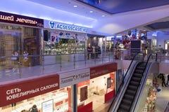 伏尔加格勒,俄罗斯- 11月03 2016年 在内部购物和娱乐复合体Diamant的自动扶梯 免版税库存图片