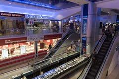 伏尔加格勒,俄罗斯- 11月03 2016年 在内部购物和娱乐复合体Diamant的自动扶梯 图库摄影
