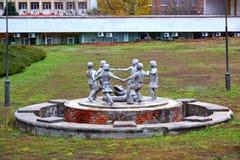 伏尔加格勒,俄罗斯- 11月01 2016年 在巨大爱国战争期间的儿童的圆圈舞雕刻的构成幸存者 库存图片